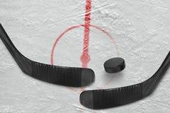Czerep lodowego hokeja lodowisko z kijami fotografia royalty free