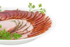 Czerep naczynie z pokrojonym wysuszonym wieprzowiny tenderloin, baleronem i Zdjęcia Royalty Free