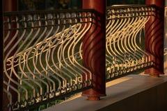 Czerep ogrodzenie z metal kolumnami Rysować światło i cień fotografia stock