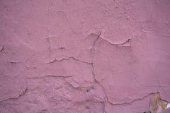 Czerep różowa ściana z narysami i pęknięciami obrazy stock