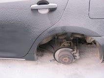 Czerep samochód bez tylnych kół łamany samochód zdjęcie stock
