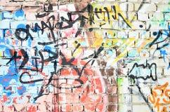 Czerep stara ściana z kolorowymi graffiti obrazami royalty ilustracja