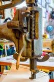 Czerep stara ciężka szwalna maszyna Ubraniowy przemysł Szwalny warsztat Obrazy Royalty Free