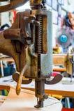 Czerep stara ciężka szwalna maszyna Ubraniowy przemysł Szwalny warsztat Zdjęcie Stock