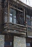 Czerep stary budynek z drewnianym balkonem fotografia royalty free