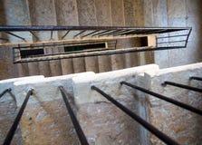 Czerep stary schody z poręczem w wejściu dom zdjęcia royalty free