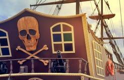 Czerep stern przyjemność statek z pirata logem Zdjęcia Royalty Free