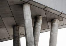 Czerep szary betonowy budynek z kolumnami zdjęcia royalty free