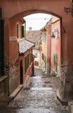 Czerepu złotnika ` s kwadrata przejście blisko Mały kwadrat w deszczowym dniu Sibiu miasto w Rumunia Fotografia Stock
