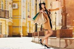 czernić Piątek zakupy Atrakcyjna i rozochocona dziewczyna chodzi miasto z zakupami bagaże tła koncepcję czworonożne zakupy białą  obrazy stock