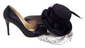 Czernić szpilki buty z małym czarnym kapeluszem Fotografia Royalty Free