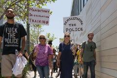 Czerni życia liczą się protestors trzyma plakat podczas marszu na C Zdjęcie Stock