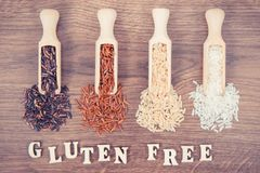 Czerni, czerwieni, brown i białego ryż na drewnianej miarce, glutenu odżywiania bezpłatny pojęcie Obrazy Stock