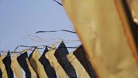 Czerni i koloru żółtego taśmy macha od wiatru w lato słonecznym dniu na wiele flaga ten sam kolory festiwale zdjęcie wideo