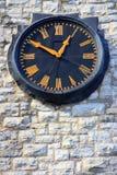 Czerni i koloru żółtego zegar na Budować Romańskich liczebniki Zdjęcia Stock