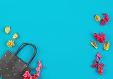 Czerni kolorowe wysuszone kwiat rośliny na błękitnym tle i zielenieje polki kropki papieru torba na zakupy i Odgórny widok, miesz Fotografia Royalty Free