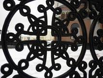 Czerni obsady żelaza ogrodzenie blisko kościół w zimie obrazy stock