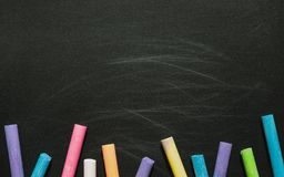 Czerni pusty chalkboard dla kopii przestrzeni z kolorowymi kawałkami ch obrazy royalty free