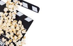Czerni z białym listu clapper filmem i popkornem odizolowywającymi na w obraz stock
