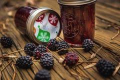 Czernicy z Jeżynowym dżemem w butelkach Fotografia Stock