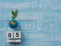 05 CZERWA blokowego kalendarza drewniana kula ziemska i stetoskop na błękitnym drewnie Obraz Royalty Free