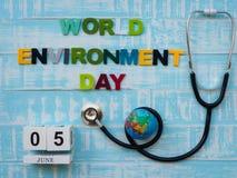 05 CZERWA blokowego kalendarza drewniana kula ziemska i stetoskop z światem E Zdjęcia Stock