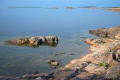 Czerwa spokojny ranek na brzeg zatoka Finlandia Hanko, Finlandia Zdjęcia Stock