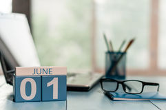 Czerwa 1st dzień miesiąc 1, drewniany koloru kalendarz na biznesowym miejsca pracy tle pojęcia tła ramy piasek seashells lato Opr Obraz Stock