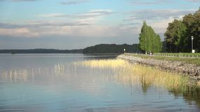 Czerwa wieczór na drodze przy jeziornym Tuunaansalmi Finlandia zbiory wideo