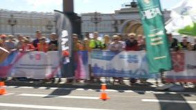 30 2019 Czerwca St Petersburg: Szczęśliwi ludzie biegają ostatnich metry maraton, zaludniają wokoło one poparcie, oklaskują zbiory