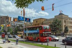 Czerwień autobusu piętrowego autobusu omijanie przez ulic miasto Skopje, republika Zdjęcie Stock
