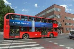 Czerwień autobusu piętrowego autobusu omijanie przez ulic miasto Skopje, republika Fotografia Royalty Free