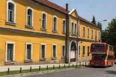 Czerwień autobusu piętrowego autobusu omijanie przez ulic miasto Skopje, republika M Zdjęcia Royalty Free