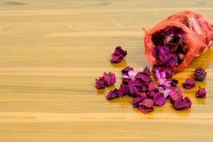 czerwień czująca torba na drewnianym stole daje dobremu odorowi i zgłębia dosypianie Obrazy Royalty Free