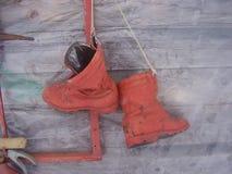 czerwień malujący buty na pożarniczej osłonie fotografia royalty free