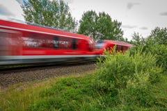 czerwień pociąg ściga się za kamerą obraz royalty free