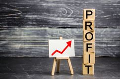 Czerwień w górę strzały i «zysku «wpisowego Pojęcie biznesowy sukces, pieniężny przyrost i bogactwo, Wzrasta zyski i inwestuje fotografia royalty free
