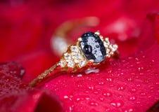 czerwień złocisty pierścionek wzrastał zdjęcie royalty free