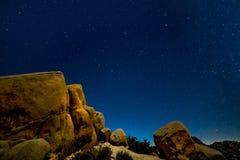 CZERWIEC 16, 2019 JOSHUA drzewa KALIFORNIA usa - droga mleczna nad skałami w Joshua drzewa parku narodowym, Kalifornia usa obraz stock