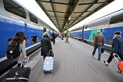 Czerwiec 2,2016 lat podróż, ludzie czeka pociąg, Paryż, Francja obraz stock