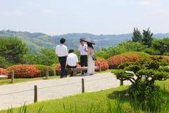 Czerwiec 2018, Młodego Azjatyckiego mężczyzna kobiety parasol Japońscy ogródy, Kanazawa, Japonia Fotografia Stock