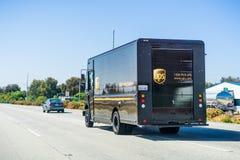 Czerwiec 8, 2018 Morgan wzgórze, CA, usa/- UPS doręczeniowej ciężarówki jeżdżenie na autostradzie w południowej San Francisco zat zdjęcia royalty free