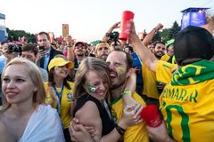 27 2018 Czerwiec, Moskwa, Rosja Brazylijscy zwolennicy świętują Vic zdjęcia stock