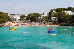 Czerwiec 16th, Cala d ` lub Mallorca, 2017, Hiszpania - widok plaża z ludźmi w wodzie zdjęcie royalty free