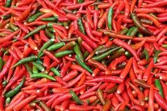 Czerwieni i zieleni chili pieprze na rynku obraz stock