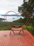 Czerwona ławka w formie serca zdjęcie stock