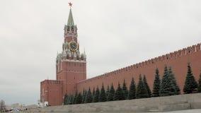 Czerwona ściana z cegieł i Spasskaya wierza rosjanin Moskwa Kremlin w chmurnej pogodzie zbiory