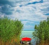 Czerwona łódź na jeziornym Balaton Zdjęcie Stock