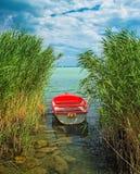 Czerwona łódź na jeziornym Balaton Fotografia Stock