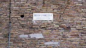 Czerwona ściana z cegieł z plakatem obraz stock